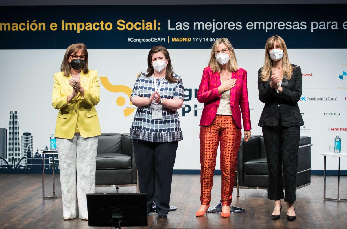 De izquierda a derecha, Rebeca Grynspan, Gema Sacristán, Núria Vilanova y Begoña Gómez tras la firma del Manifiesto 'Por la transformación de Iberoamérica: más sostenible, más social' durante el IV Congreso Iberoamericano CEAPI.