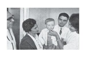 Campaña de vacunación masiva contra la poliomielitis en León, en mayo de 1963. / © Cedida por Rafael Nájera