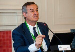 César González-Bueno, Consejero Delegado del Banco Sabadell, durante su intervención en el curso de economía organizado por la APIE en la UIMP de Santander