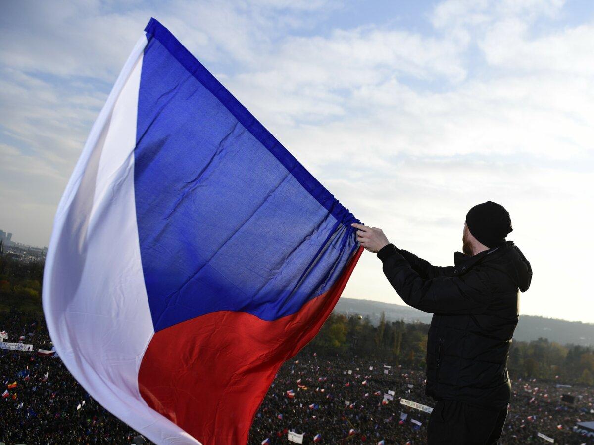 Un hombre ondea una bandera de República Checa. - Roman Vondrou·/CTK/dpa