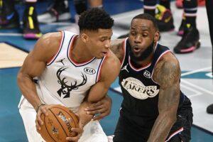 Giannis Antetokounmpo ante LeBron James en un Bucks-Lakers de la NBA - CHARLOTTE/DPA