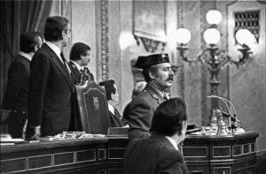 El teniente coronel de la Guardia Civil Antonio Tejero accede al Congreso de los Diputados durante la segunda votación de investidura de Leopoldo Calvo Sotelo como presidente del Gobierno el 23 de febrero de 1981. - Europa Press