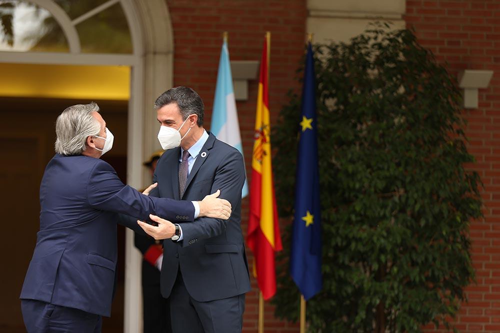 El presidente del Gobierno, Pedro Sánchez (d), recibe al presidente de la República Argentina, Alberto Fernández (i) - C.De Luca.POOL/Europa Press - Europa Press