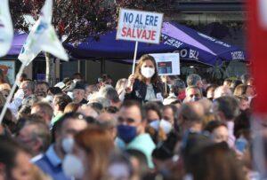 """Una mujer con un cartel en el que se lee: """"No al ERE salvaje"""" durante una concentración contra el ERE de Caixabank en las Torres Kio de Plaza de Castilla, a 20 de mayo de 2021, en Madrid (España). - Cézaro De Luca - Europa Press"""