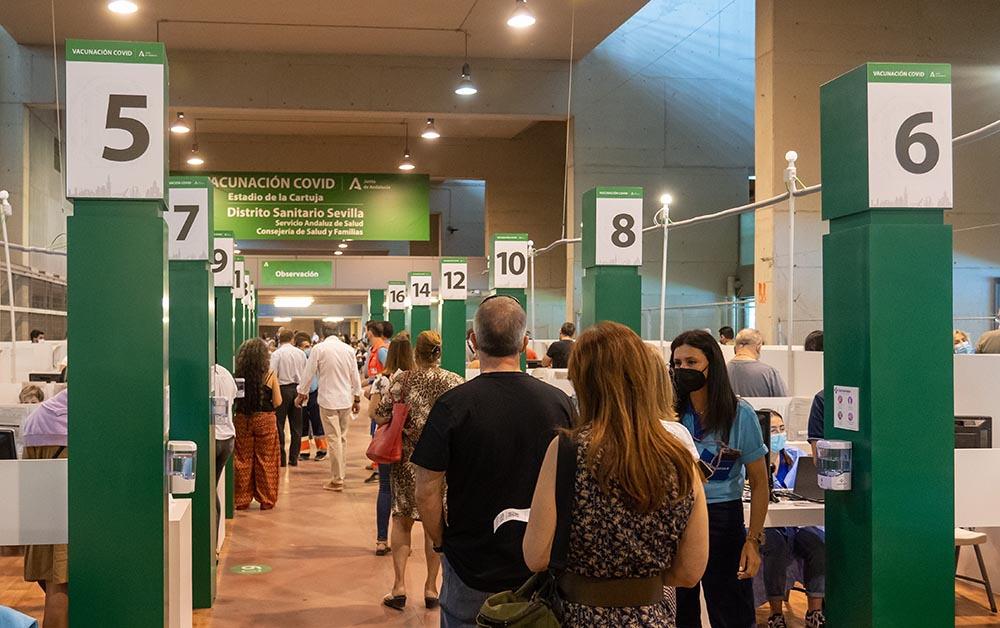 Vacunación masiva en el estadio de La Cartuja, en foto de archivo. - Eduardo Briones - Europa Press