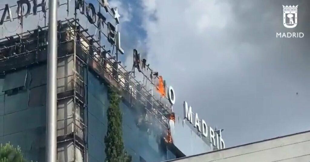 Parte de la fachada del hotel Nuevo Madrid ha comenzado a arder a media tarde de este jueves, provocando una impresionante columna de humo y fuego visible desde varios puntos de Madrid, aunque no hay heridos, han informado a Europa Press fuentes policiales.
