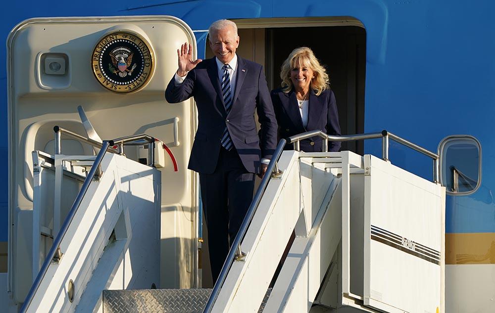 El presidente de Estados Unidos, Joe Biden, y la primera dama, Jill Biden, a su llegada a Reino Unido para su gira por Europa. - Joe Giddens/PA Wire/dpa