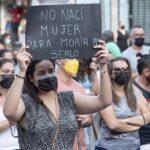 """Varias personas participan en una concentración feminista en la Plaza de la Candelaria en repulsa por """"todos los feminicidios"""", a 11 de junio de 2021, en Santa Cruz de Tenerife, Tenerife - Europa Press"""