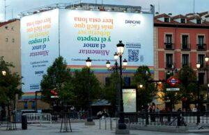 Lona que Danone ha desplegado en la plaza de Ópera de Madrid con motivo de la iniciativa '#NutriendoLaDiversidad'