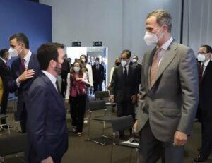 El presidente de la Generalitat, Pere Aragonès, y el Rey Felipe VI, y detrás el presidente del Gobierno, Pedro Sánchez, y la ministra Nadia Calviño - CASA REAL