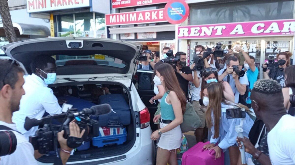 Estudiantes abandonando el hotel Palma Bellver. - EUROPA PRESS