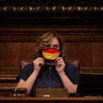 La alcaldesa de Barcelona, Ada Colau, con una mascarilla de la bandera republicana