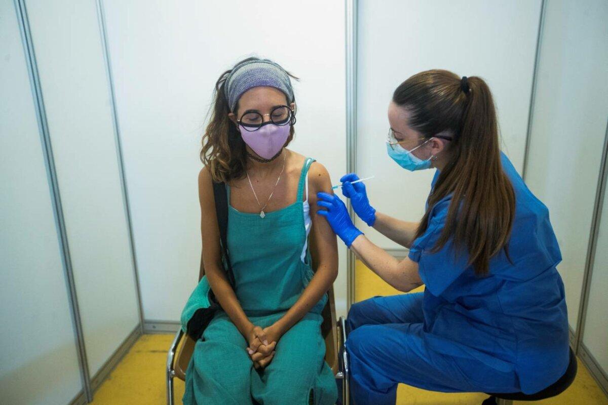 Una profesional sanitaria realiza su trabajo en el centro de vacunación masiva instalado en la Fira de Cornellà (Barcelona). / EFE/Marta Pérez