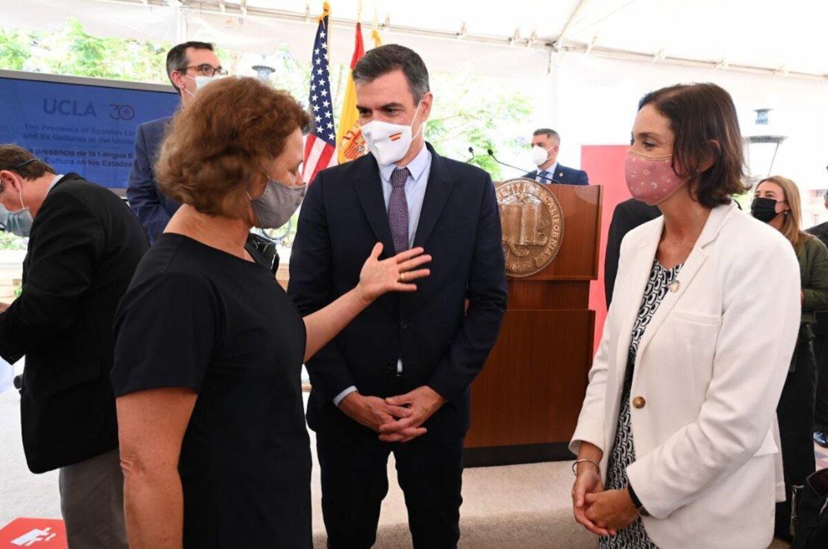 El presidente del Gobierno, Pedro Sánchez, con la ministra de Industria, Reyes Maroto. - MONCLOA