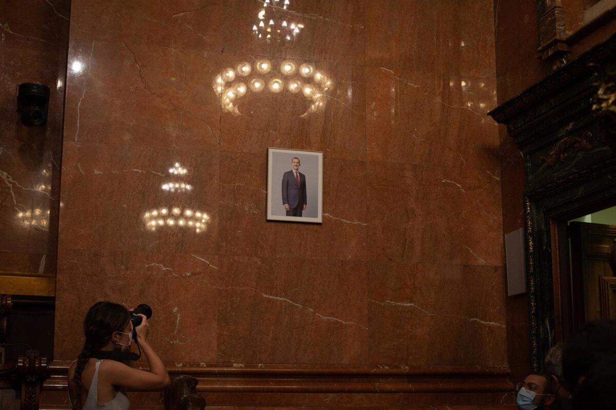 Colau coloca el retrato del Rey en pleno y luce una mascarilla con la bandera republicana - EUROPA PRESS - DAVID ZORRAKINO