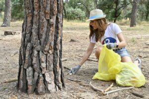 Una voluntaria recoge residuos en un entorno natural | Foto: Proyecto Libera