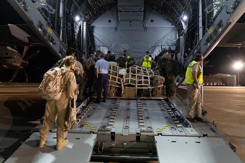 Militares se preparan para subir a uno de los dos aviones A400M de las Fuerzas Armadas que procederán a la evacuación de españoles de Afganistán - Moncloa/Álvaro López