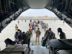 Un grupo de repatriados españoles sube al avión A400M enviado por el Gobierno de España para evacuarlos de Kabul - Ministerio de Defensa