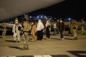 Varias personas repatriadas llegan a la pista tras bajarse del avión A400M en el que ha sido evacuados de Kabul, a 19 de agosto de 2021 - Alejandro Martínez Vélez - Europa Press