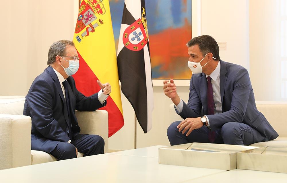El presidente de la Ciudad Autónoma de Ceuta, Juan Jesús Vivas (i),durante su reunión con el presidente del Gobierno, Pedro Sánchez (d), en La Moncloa - Marta Fernández - Europa Press