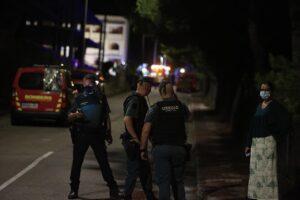 Agentes de la Guardia Civil hacen guardia cerca de los restos del edificio de tres alturas que se ha derrumbado a 25 de agosto de 2021, en Peñíscola (Castellón). - Paula Lorenzino - Europa Press