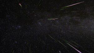 La lluvia de perseidas parecen provenir de la constelación de Perseo, de ahí su nombre. Imagen tomada en distintos tiempos (time-lapse). / NASA/JPL