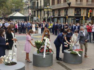 Representantes institucionales participan en la ofrenda floral en recuerdo a las víctimas del atentado del 17 de agosto de 2017 | Foto: ERC