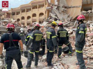 Bomberos trabajando en la zona del derrumbe | Foto: Bomberos de Castellón