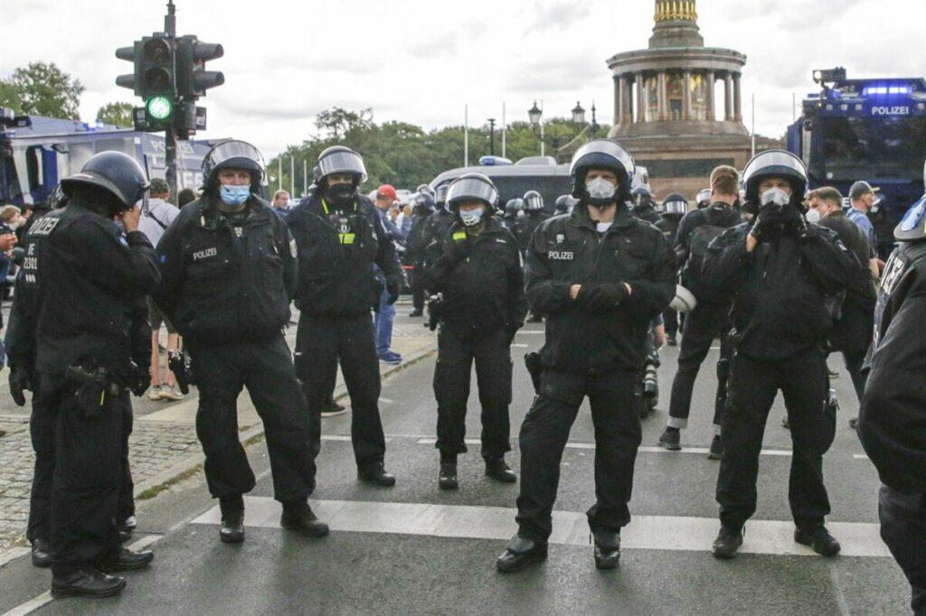 La Policia alemana custodia la Columna de la Victoria ante una nueva protesta contra las restricciones en Berlín - Carsten Koall/dpa