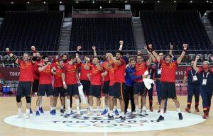 Los jugadores de la selección española de balonmano celebra una victoria en los Juegos Olímpicos de Tokio - COE