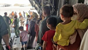 Afganos evacuados en el segundo avión de repatriación fletado por España / Foto: Ministerio de Defensa