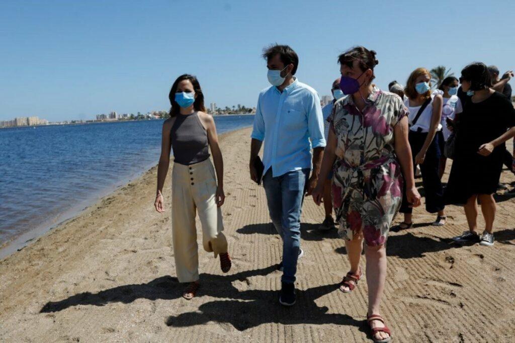 La ministra de Derechos Sociales y Agenda 2030, Ione Belarra, visita el Mar Menor, tras el último episodio de contaminación en la laguna salada. - EDUARDO BOTELLA/EUROPA PRESS