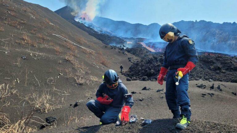 Investigadores del Instituto Geológico y Minero de España tomando muestras de escoria, lava y temperatura (superior a 800 °C en ese momento) sobre la parte superior de la colada norte. / IGME-CSIC
