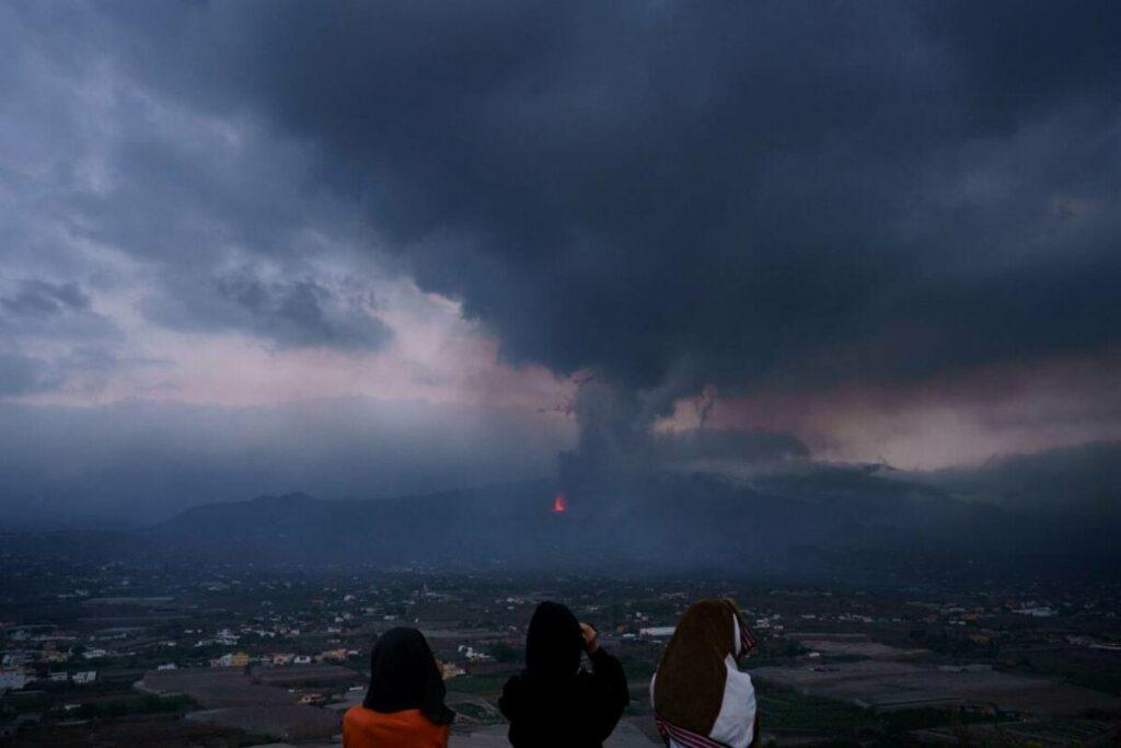 Para el viernes 24, el sistema de monitorización del programa Copérnico prevee que la nube de dióxido de azufre cubra parte de la península. / Ramón de la Rocha / EFE.
