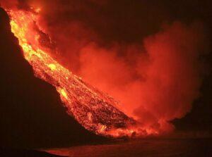 La colada de lava que emerge de la erupción volcánica de La Palma llegó anoche al mar en una zona de acantilados situados en las cercanías de la playa El Guirre, en Tazacorte. / EFE/Ángel Medina