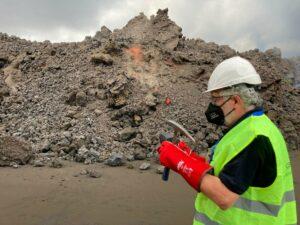 El geólogo Eumenio Ancochea tomando muestras del frente de la colada de lava del volcán de Cumbre Vieja en La Palma. / Foto cedida por el científico