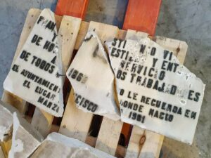 Placa dañada que fue retirada de la vivienda donde vivió Largo Caballero - UGT