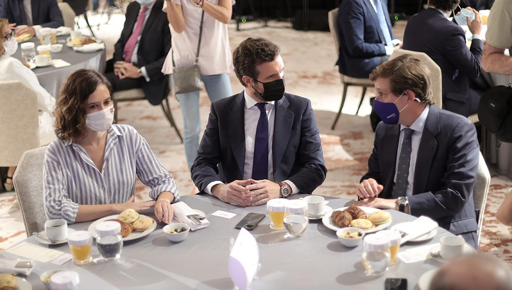 La presidenta de la Comunidad de Madrid, Isabel Díaz Ayuso; el presidente del PP, Pablo Casado, y el alcalde de Madrid, José Luis Martínez-Almeida, conversan durante un desayuno informativo del Fórum Europa, a 7 de septiembre de 2021, en Madrid. - Eduardo Parra - Europa Press