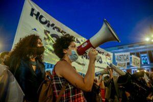Dos manifestantes durante una concentración en la Puerta del Sol contra las agresiones a las personas LGTBI, a 7 de septiembre de 2021, en Madrid, (España). - Ricardo Rubio - Europa Press