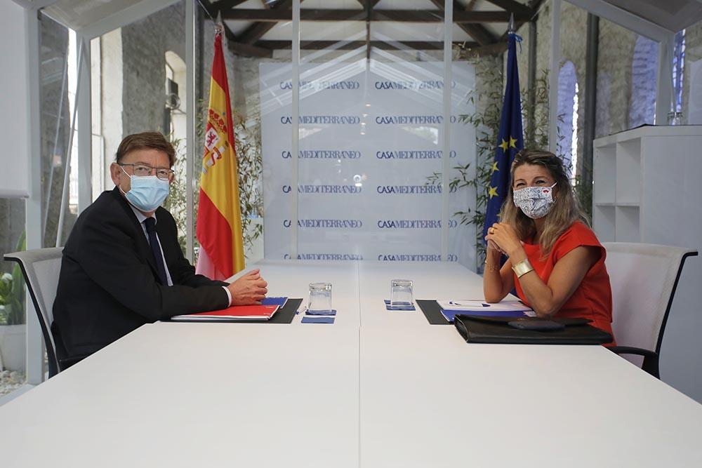 El president de la Generalitat valenciana, Ximo Puig, y la vicepresidenta segunda y ministra de Trabajo y Economía Social Yolanda Díaz, posan a la cámara durante una reunión en el Sede Casa Mediterráneo - Joaquín Reina - Europa Press