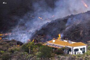 Una casa en mitad de la lava del volcán de La Palma queda a salvo de ser destrozada por la lava en la zona de El Paraíso, - Equipo I Love The World