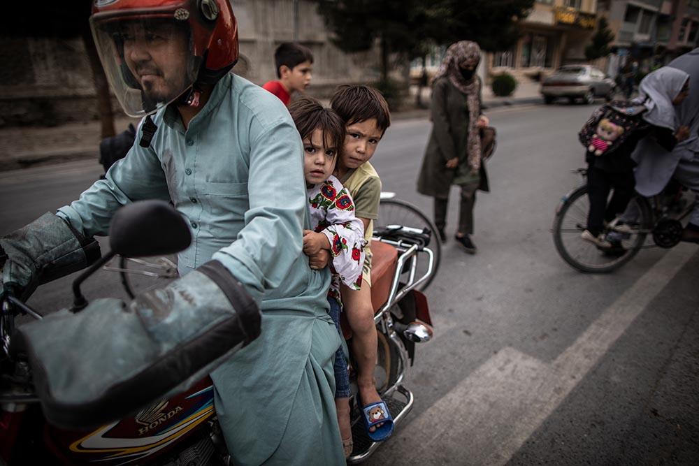 Un hombre afgano junto a dos niños en Kabul. - Oliver Weiken/dpa