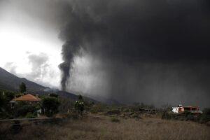 La nube de ceniza y dióxido de azufre que expulsa el volcán de La Palma, desde el núcleo urbano de Tacande, en el municipio de El Paso, La Palma, a 22 de septiembre de 2021, en La Palma, Santa Cruz de Tenerife, Islas Canarias, (España). Las primeras simul - Kike Rincón - Europa Press