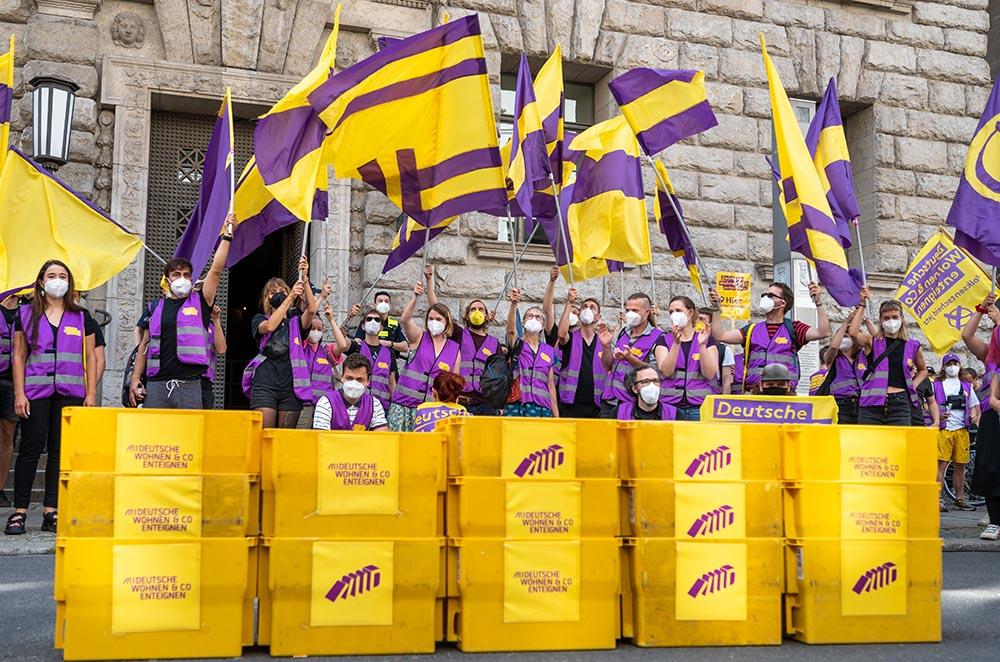 Ciudadanos apoyan la iniciativa 'Expropiar Deutsche Wohnen & Co.' y recogen firmas para llevar a cabo un referendum sobre medidas de alquiler en Berlín - Christophe Gateau/dpa