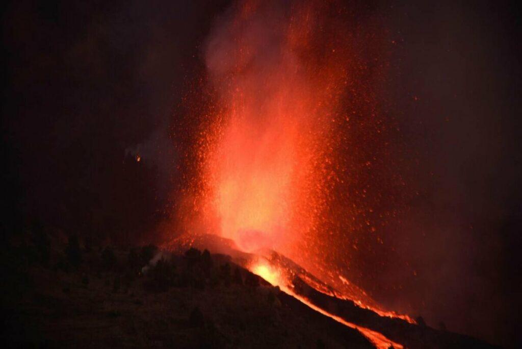 Anoche, tras la erupción del volcán de Cumbre Vieja en la isla canaria de La Palma. / Miguel Calero/ EFE