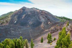 Imagen del cráter Duraznero, en el volcán San Juan, dentro de la Cumbre Vieja de La Palma. / EFE /Miguel Calero.
