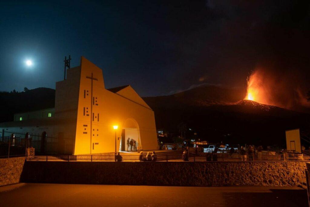 La erupción que comenzó el domingo 19 de septiembre en La Palma continúa su actividad. El volcán fotografiado de madrugada desde el municipio de El Paso. EFE/ Carlos De Saá