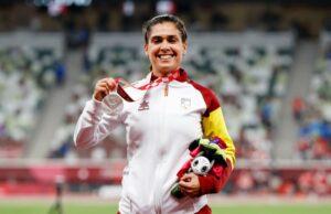 La atleta Miriam Martínez posa con su medalla de plata en lanzamiento de peso | Foto: CPE
