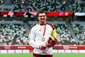 El atleta Héctor Cabrera posa con su medalla de bronce en lanzamiento de jabalina | Foto: CPE