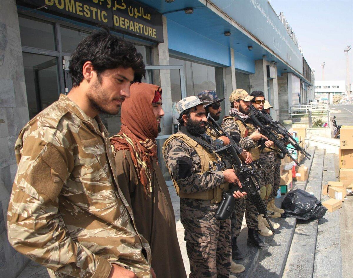 Milicianos talibán en el aeropuerto de Kabul - SAIFURAHMAN SAFI / XINHUA NEWS / CONTACTOPHOTO